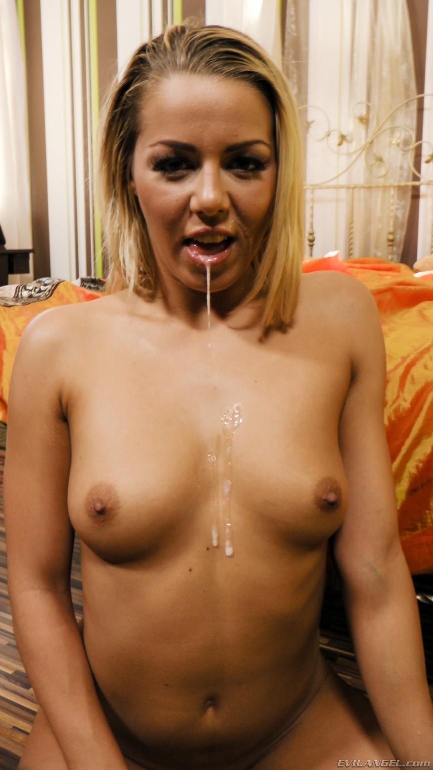 Секс в попу с блондиночкой Кристен Кортни