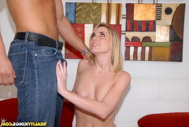 Блондиночку порют огромным фаллосом без презерватива