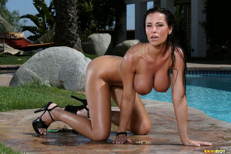 Тёти в купальнике и голая