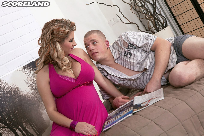 Ослепительная беременная сучка заводит мужчину и он с удовлетворением порет ею в пизду