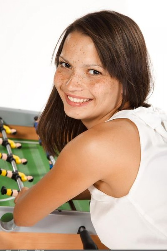 Яркая молодка продемонтстрировала себя у настольного футбола