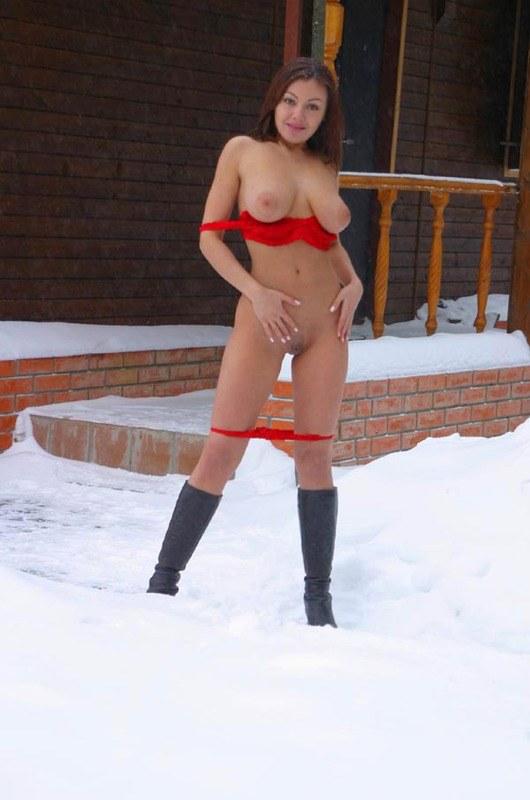 Нагую шлюху не пугают сибирские морозы и снег
