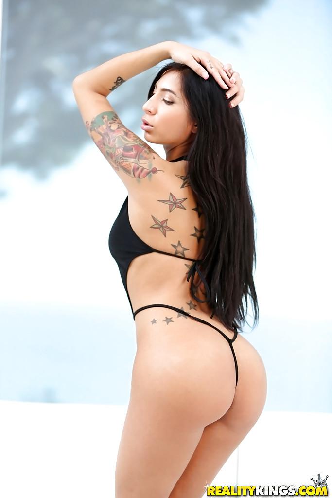 Татуированная латинская девушка показывает свою пизду для фотосессии