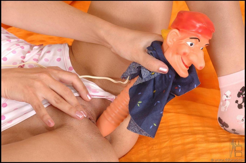 Крохотная темноволосая девка Tanita Black снимает свое хорошенькое белье и ебёт игрушкой свою сырую вульву