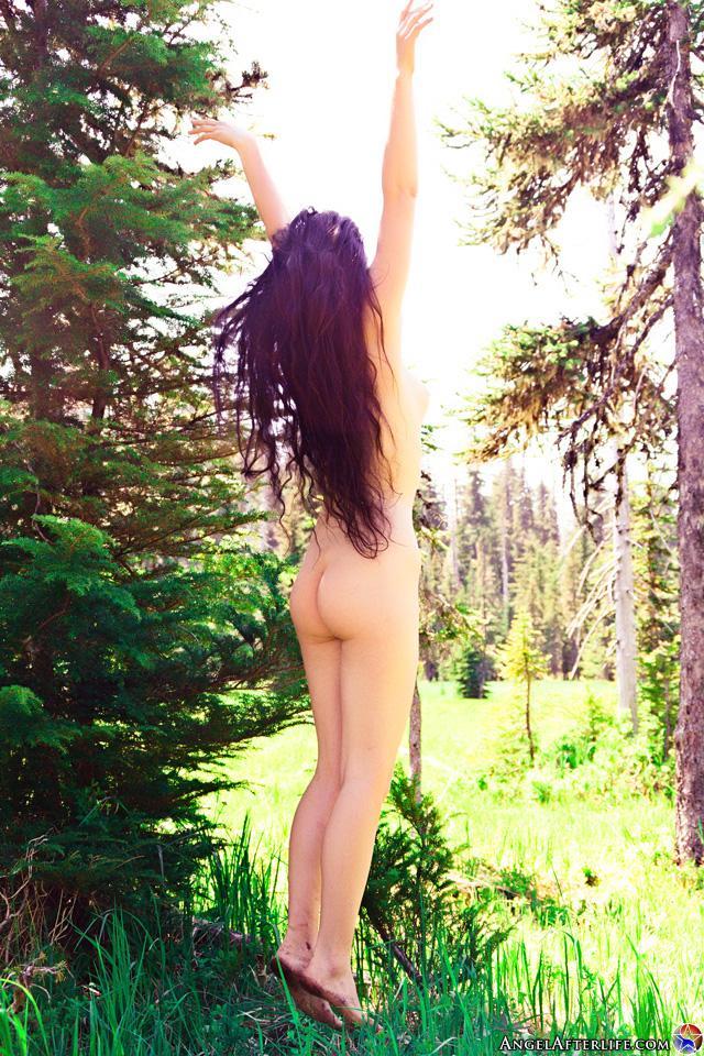 Модель с темными волосами Kelsey Afterlife обнаженная в саду