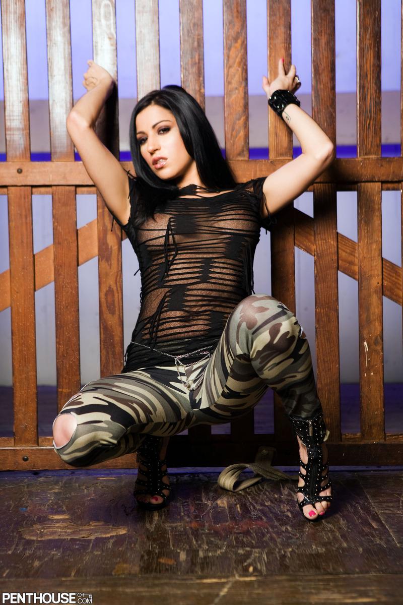 Титькастая темноволосая девка Daisy Cruz снимает свою военную форму