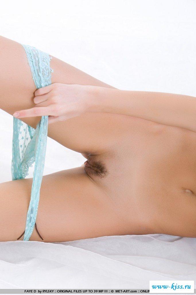 Русая порноактрисса выставляет напоказ пилотку на эротической фотосессии
