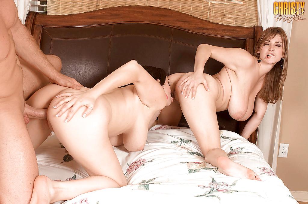 Юноша порет титястую Christy Marks с сожительницой на кровати