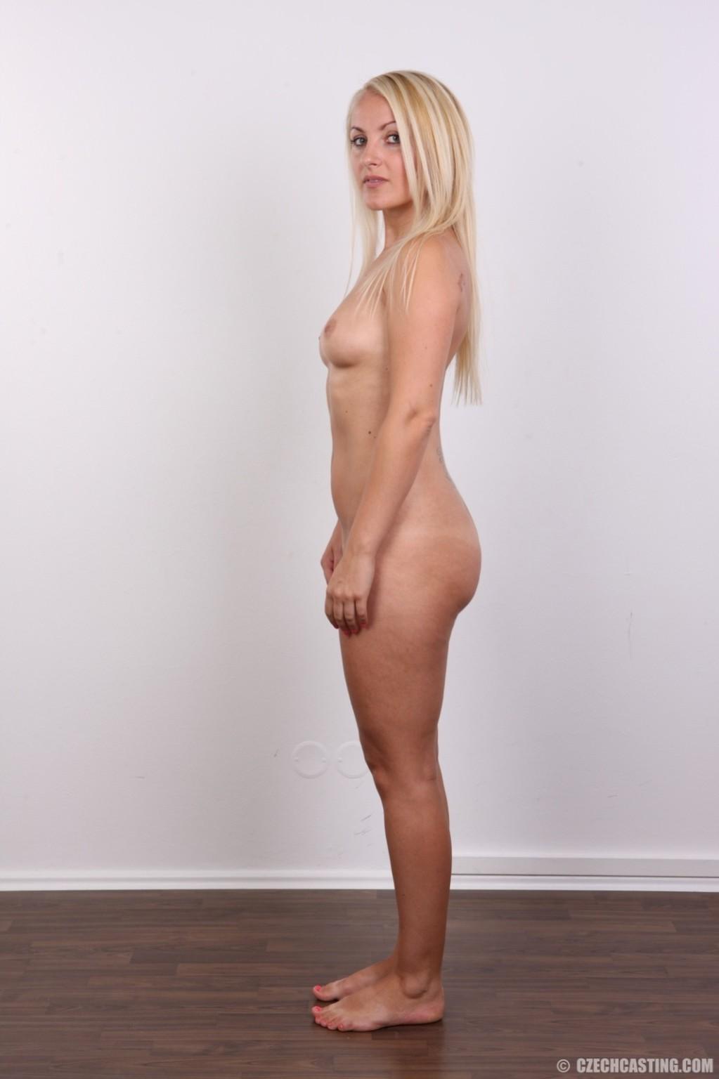 Блондиночка с рисунком бабочки на спине ебет неплохие формы, ее пися тоже неимоверно неплоха