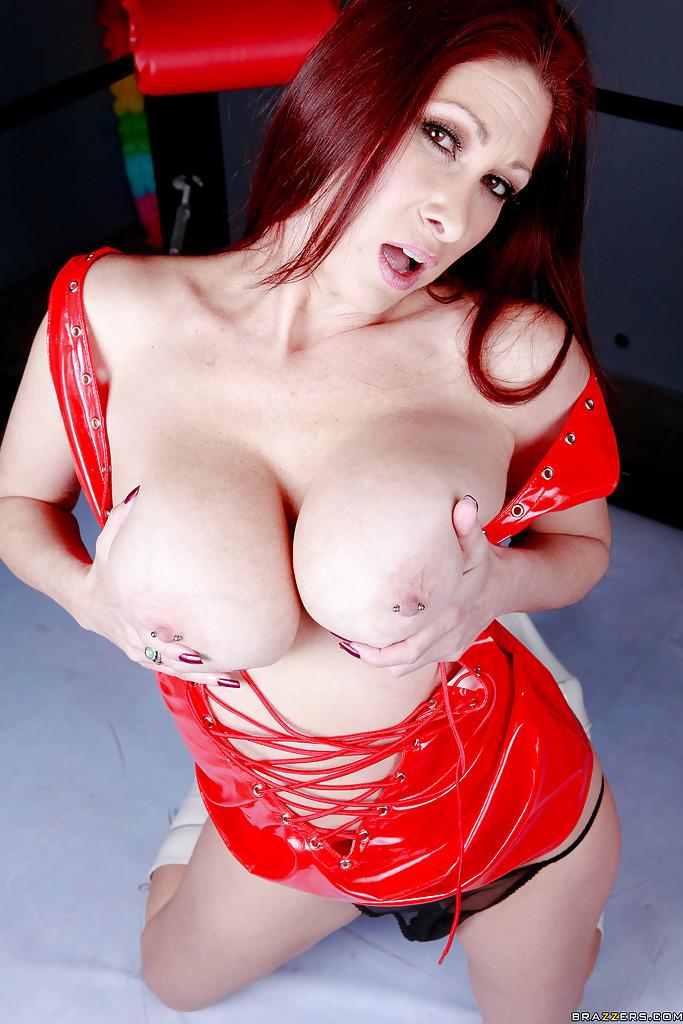Мамочка демонстрирует вульву и здоровые бойки порнофото