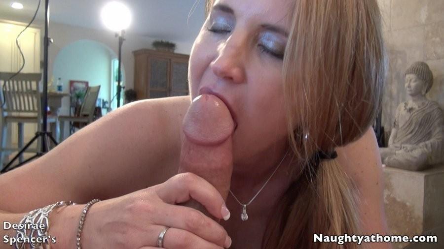 Возрастная блондиночка Дезире Спенсер любит вылизывать яйца своему муженьку и сосать его здоровенный писюн