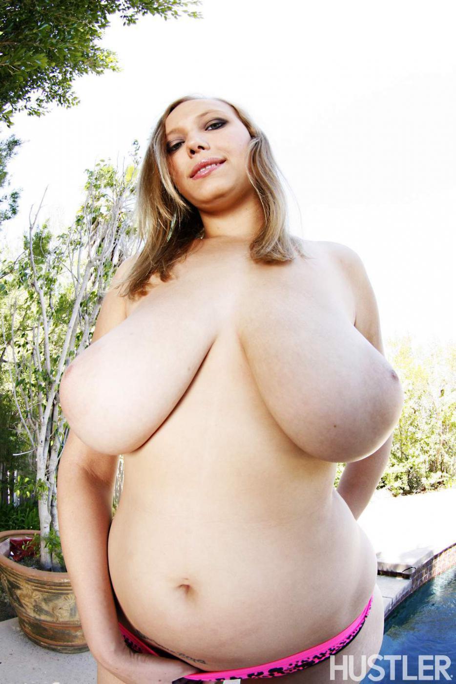 На этих фото можно увидеть красивые, крупные дыньки Alexia Rae, а потом посмотреть на ее оральный секс