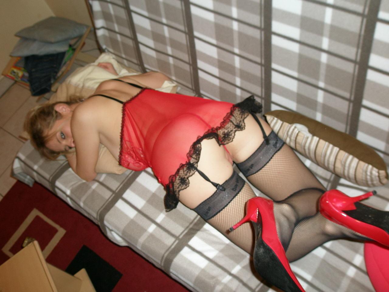 Блондиночка в красном корсете и черных носках лижет болт у мужа