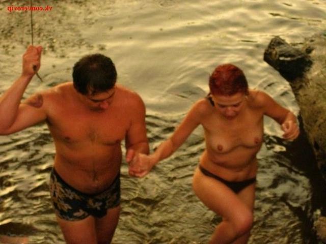Обнаженные свингерши веселятся у моря с хорошенькими пацанами