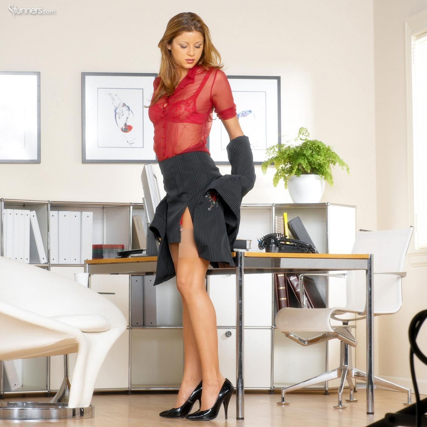 Бизнес-вумен с красивыми ногами и в соблазнительной одежде Monica Sweetheart оголяется до чулочков