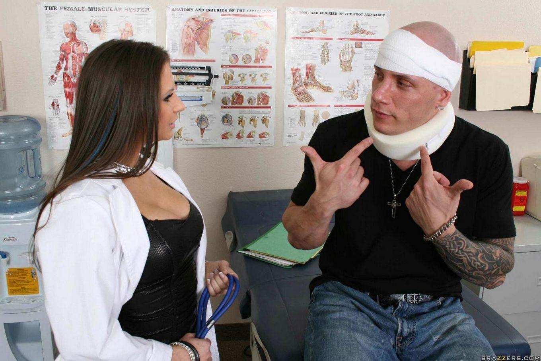 Возбуждено озабоченная леди-доктор Рэйчел Рокс доверила свои сиськи пациенту с крупным членом