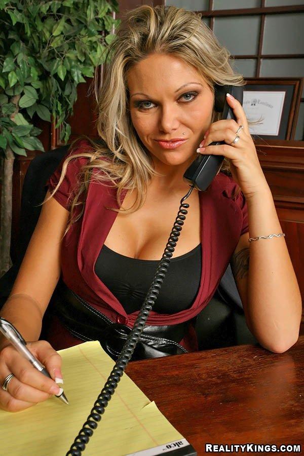 Возбужденная офисная милфа с огромными дойками и бритой писькой Anna Nova получила трах в очко