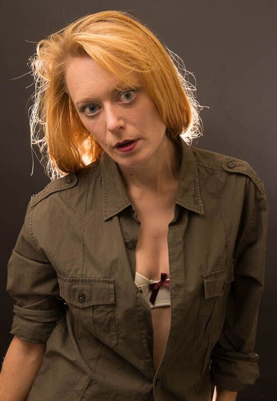 Женина с ярко рыжими волосами