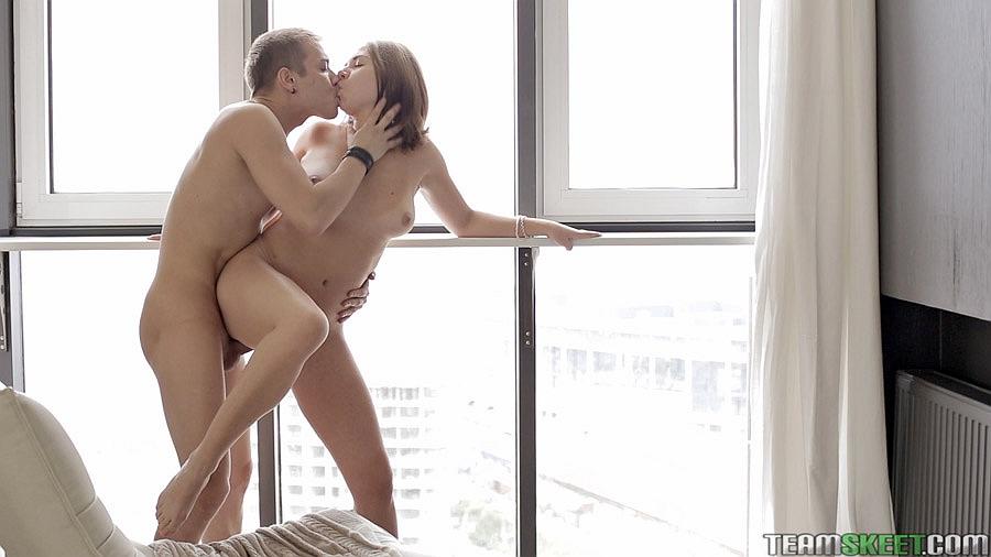 Питерский мужик имеет сексапильную барыню около открытого окна