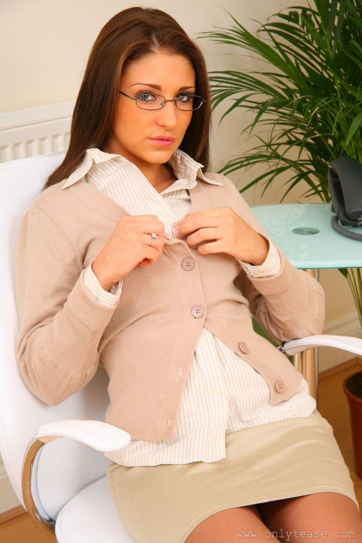 Великолепная помошница Jenny Laird в очках показывает свое соблазнительное сексуальное белье