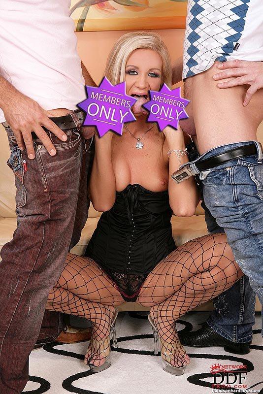 Красивая блондиночка Cameron Gold в сетчатых колготках отдается двум паренькам