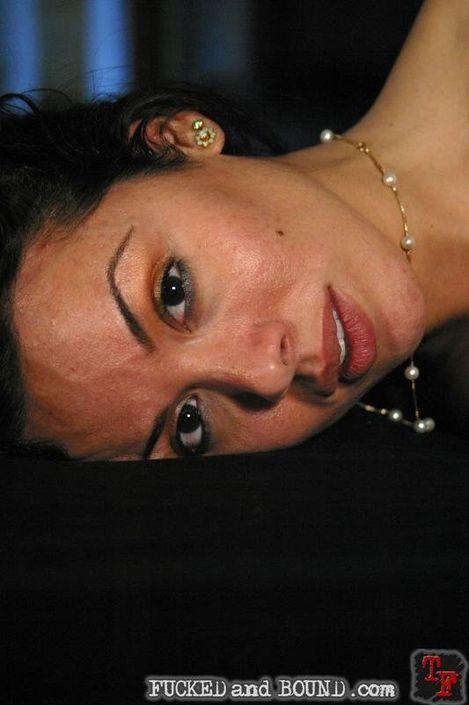 Сиськатая мадама хочет когда ей причиняют боль и связывают для траха