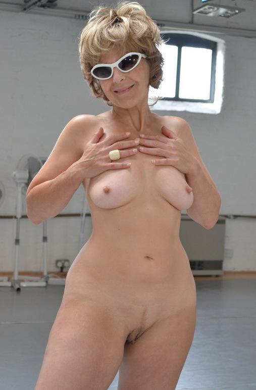 Толстозадая пенсионерка в солнечных очках занялась спортом в зале